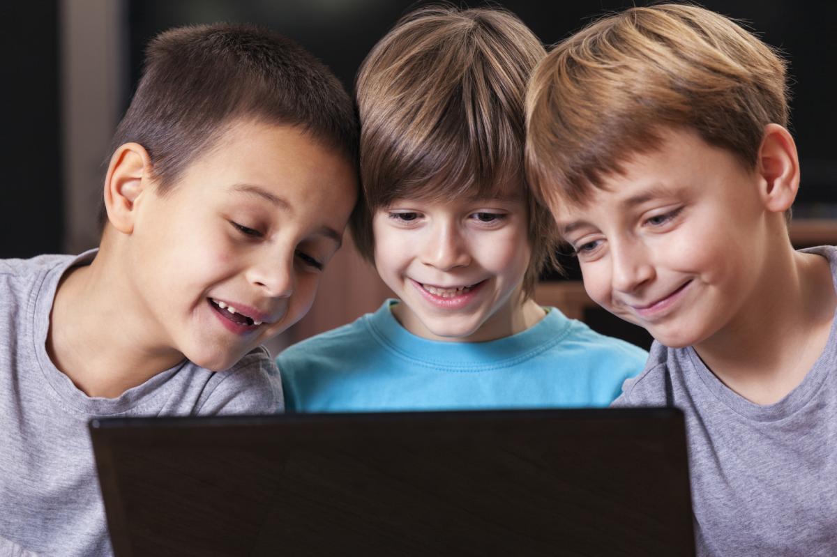 Обучение и образовательные процессы в мире не стоят на месте и регулярно изменяются. Меняется общество, меняются его запросы, а значит в век цифровизации, должна меняться и система курсов программирования. В Айтишке мы выбрали наиболее эффективные, тренды в образовании, которые актуальны в наши дни.